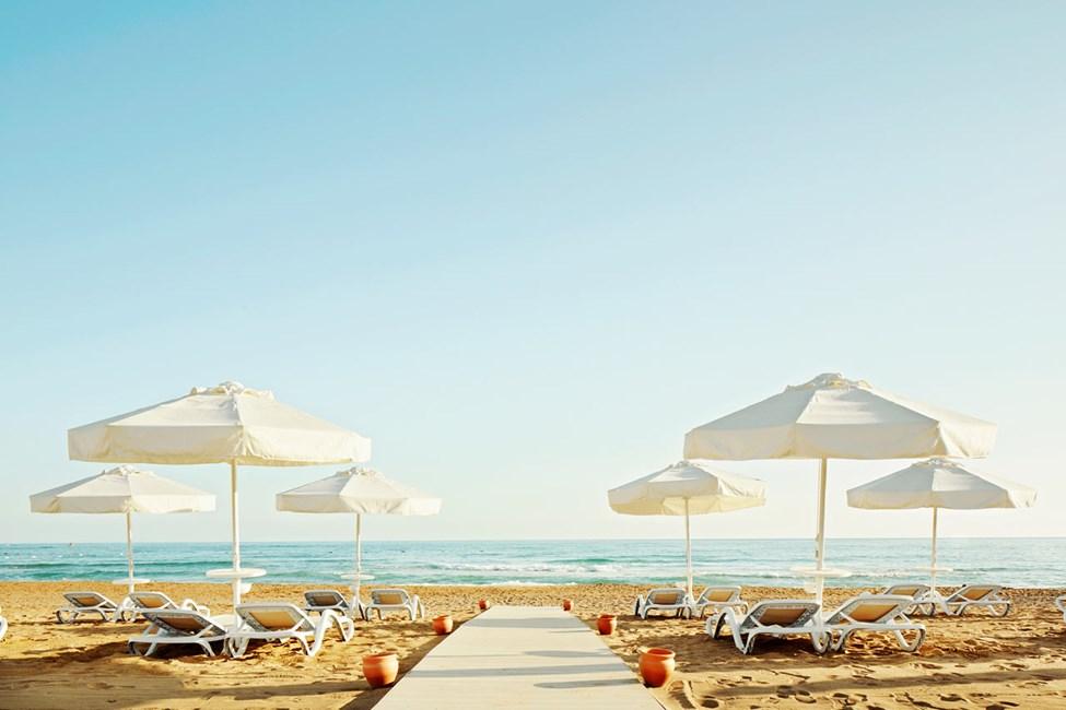 Sides børnevenlige østlige strand ligger ca. 500 meter fra hotellet
