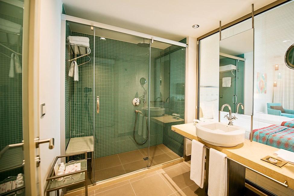 Badeværelset i dobbeltværelse med to rum