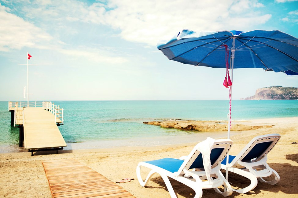 Sunprime C-Lounge har sin egen del af stranden med gratis liggestole og parasoller til hotellets gæster