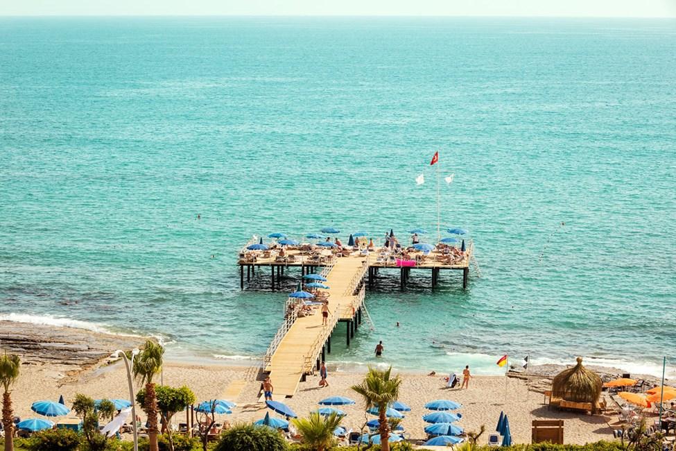 Mole og strandområde uden for Sunprime C-Lounge