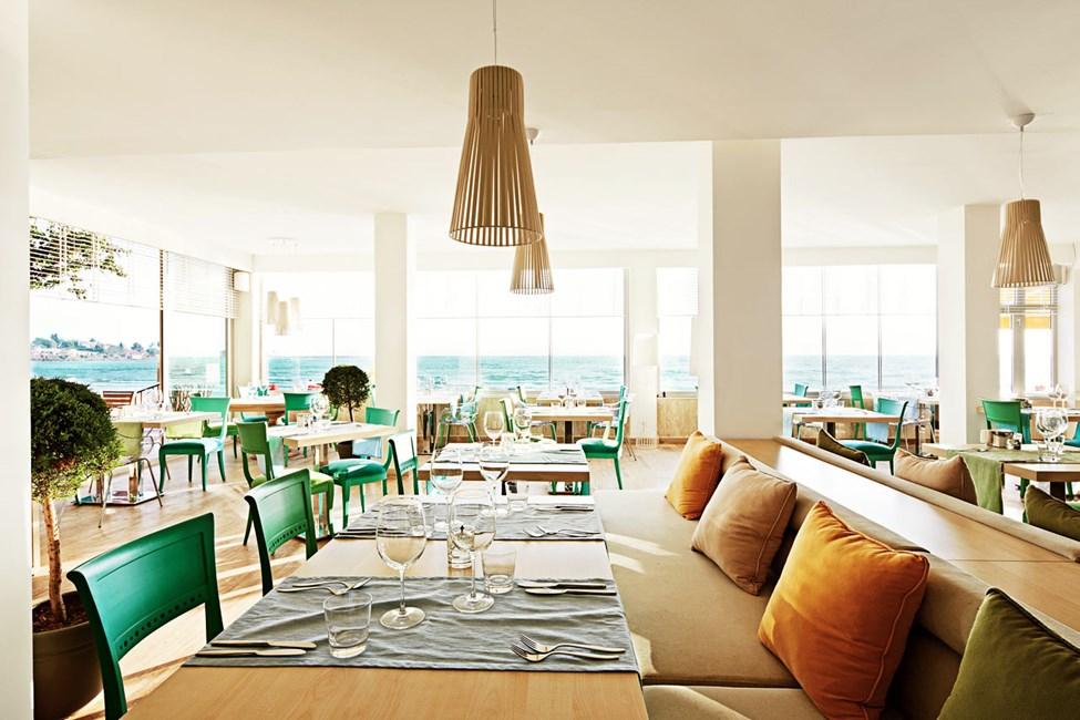 I Sunprime Restaurant & Bar vælger du selv, om du vil sidde udenfor eller indenfor. Udsigten er lige fantastisk!