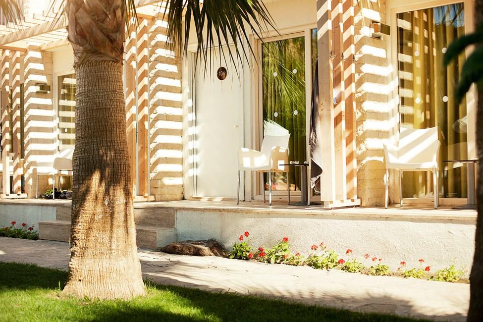 Terrasse til Classic Room med lille terrasse mod haven/poolområdet