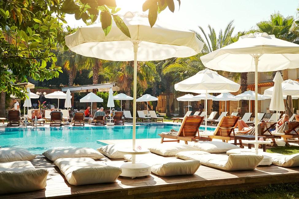 Det er bekvemt at tilbringe feriedagene ved hotellets pool