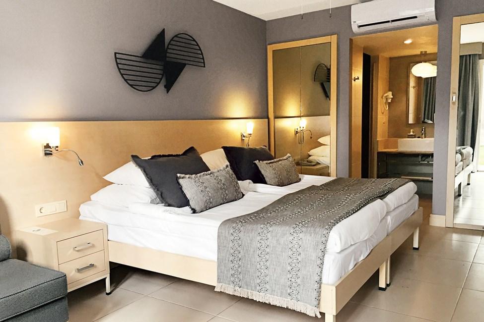 Forud for sommeren 2020 vil værelserne blive malet og få nye tekstiler samt delvist renoverede badeværelser. Billedet er et eksempel på, hvordan der kan komme til at se ud (gælder alle værelsestyper)