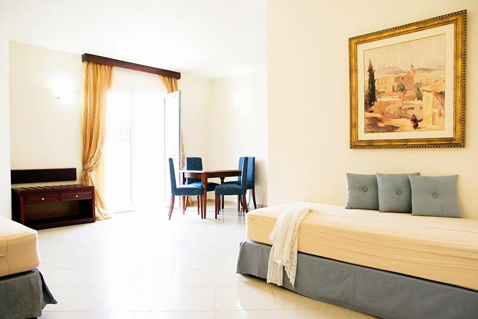 Rummelig, lys og luftig 3-værelses lejlighed med balkon