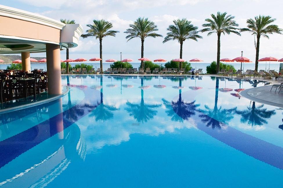 Ved poolområdet findes et begrænset antal liggestole og parasoller