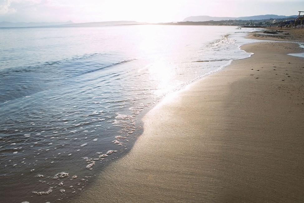 Alexandra Beach ligger direkte på den lavvandet sandstrand i Agia Marina