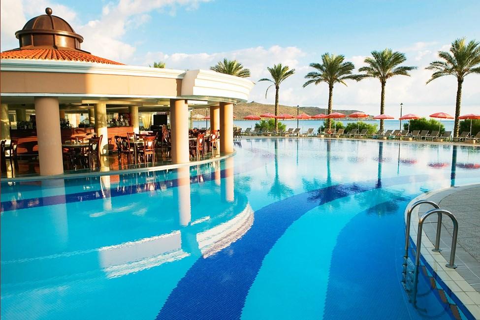 Pool i smagfuldt design og med udsigt over havet