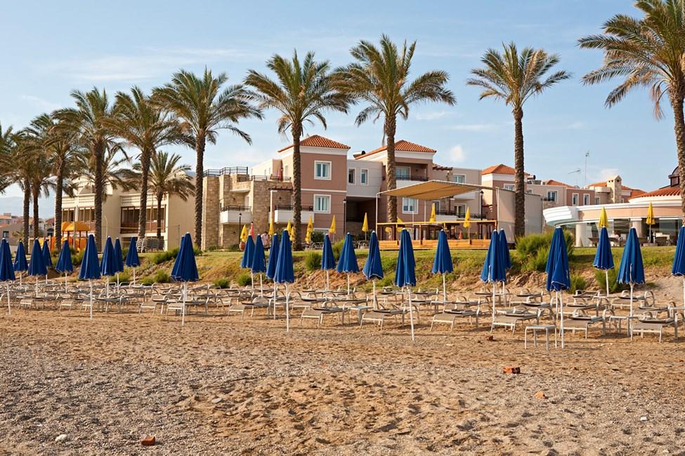 Agia Marina-stranden ligger direkte neden for hotellet