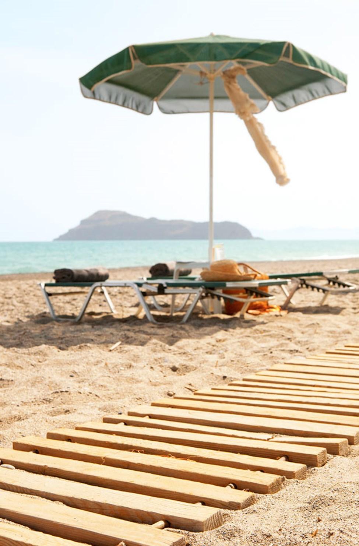 Der er også liggestole og parasoller på stranden neden for hotellet