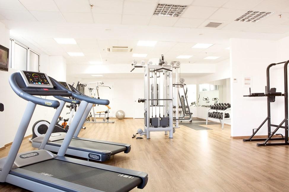 Motionsrum med både maskiner og frivægte