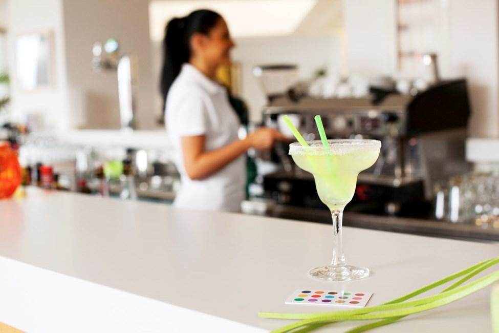 Nyd en forfriskning i baren