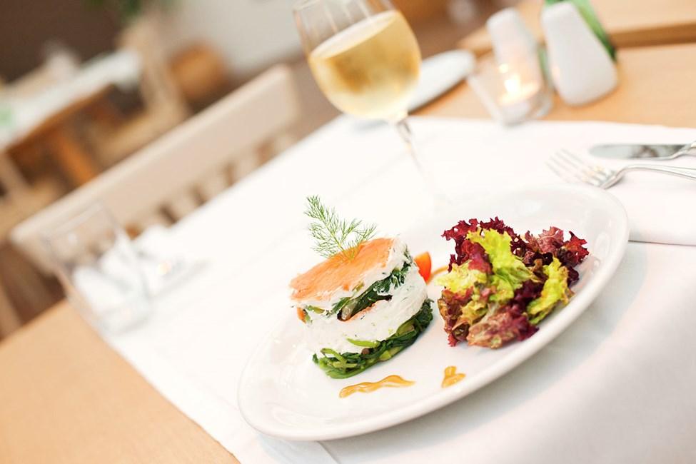 Restauranten tilbyder velsmagende retter morgen, middag og aften
