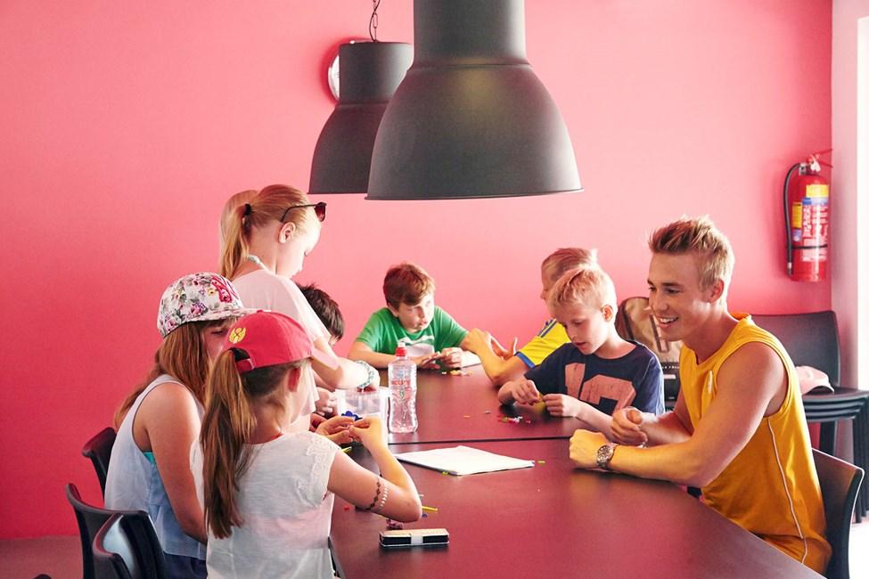 I Teen Lounge kan de lidt ældre børn bl.a. spille spil og deltage i aktiviteter