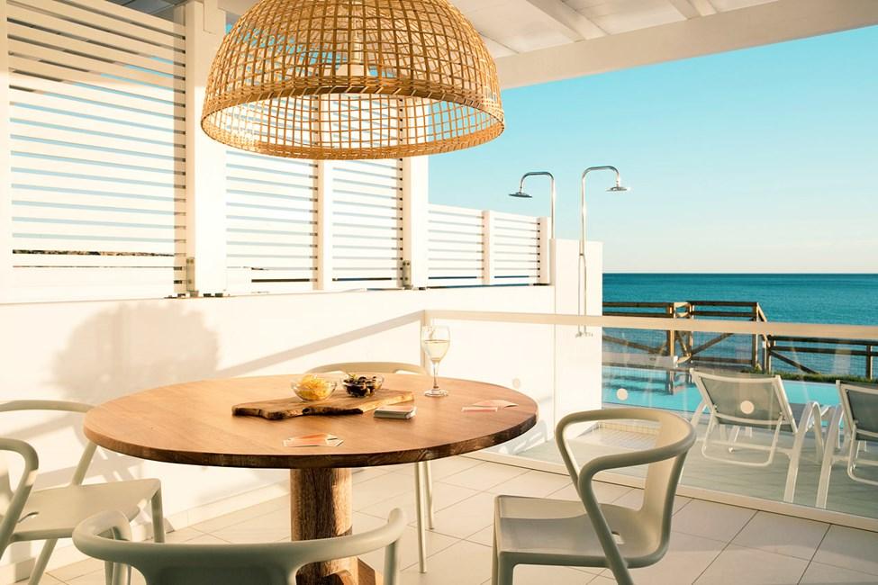 3-værelses Royal Pool Suite med stor terrasse og havudsigt samt direkte adgang til privat, delt pool,  Afrodite