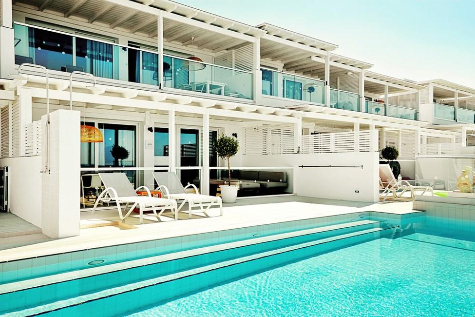 3-værelses Royal Pool Suite med stor terrasse med havudsigt og direkte adgang til privat, delt pool i Afrodite