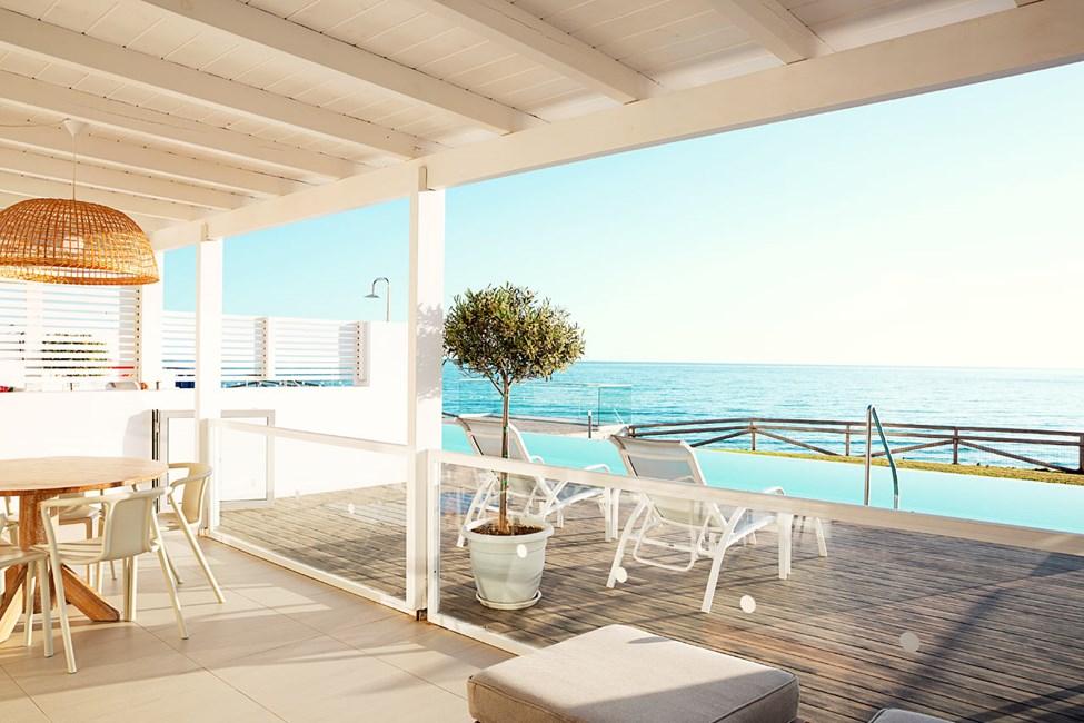 3-værelses Royal Pool Suite med to soveværelser samt stor terrasse med havudsigt og direkte adgang til privat, delt pool i Afrodite
