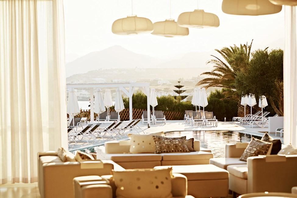 Lounge med udsigt over poolen og havet