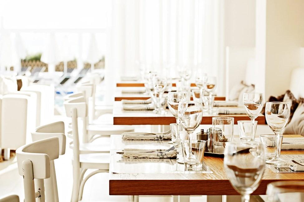 Udendørs eller indendørs? I restauranten vælger du selv, hvor du vil nyde maden