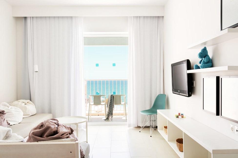 2-værelses Club Suite med balkon mod poolområdet med havudsigt