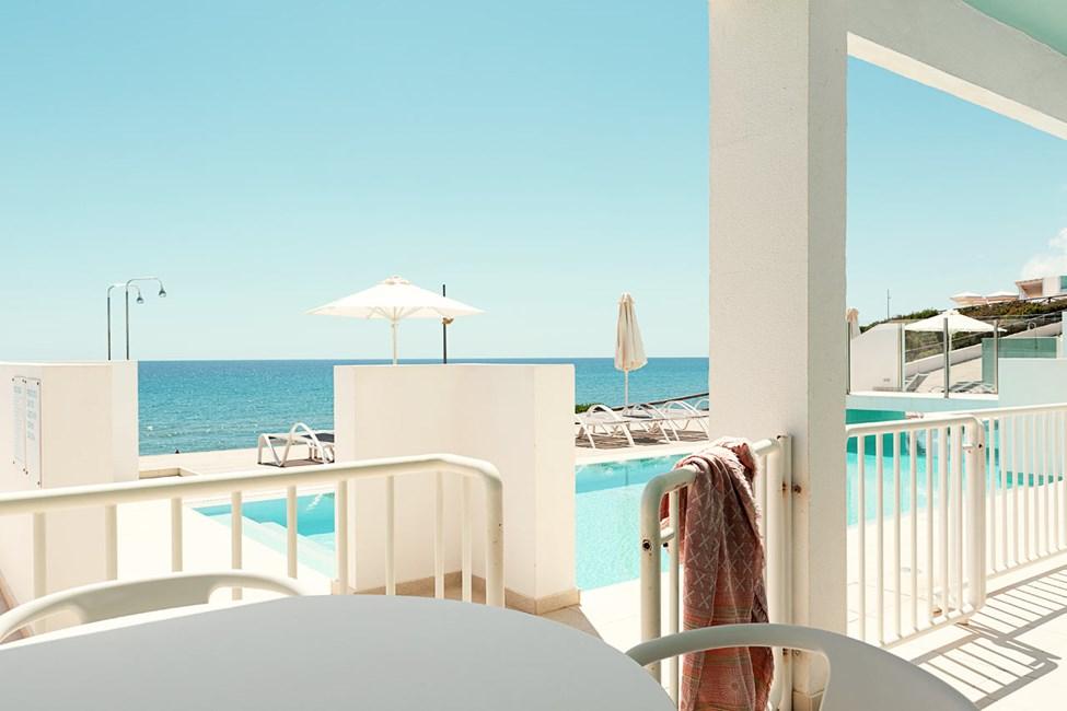 2-værelses Club House Pool Suite med terrasse med havudsigt nærmest havet og direkte adgang til privat, delt pool