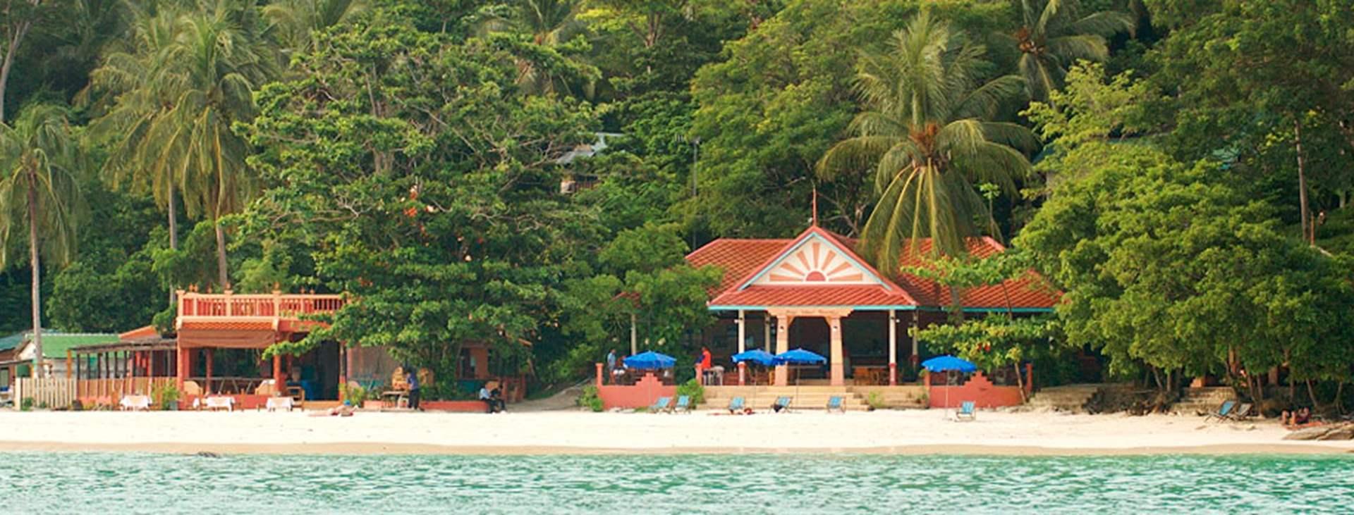 Lige nu er liggestole, barer og anden kommerciel virksomhed fjernet fra alle strande i Thailand. Du kan læse mere i rejsemålsbeskrivelsen.