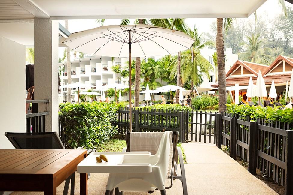 1-værelses Happy Baby Suite med terrasse mod poolområdet og haven