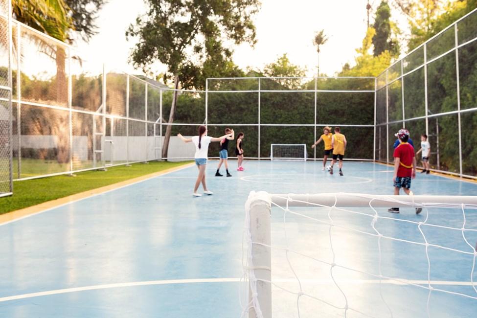 Vores dygtige personale arrangerer forskellige former for boldsport