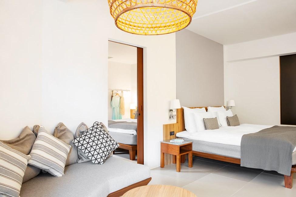 2-værelses Family Suite med balkon mod poolområdet