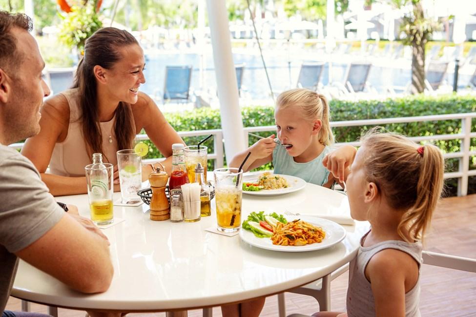 Vores populære familierestaurant, Som's Kitchen, serverer morgenmadsbuffet, frokost og middag
