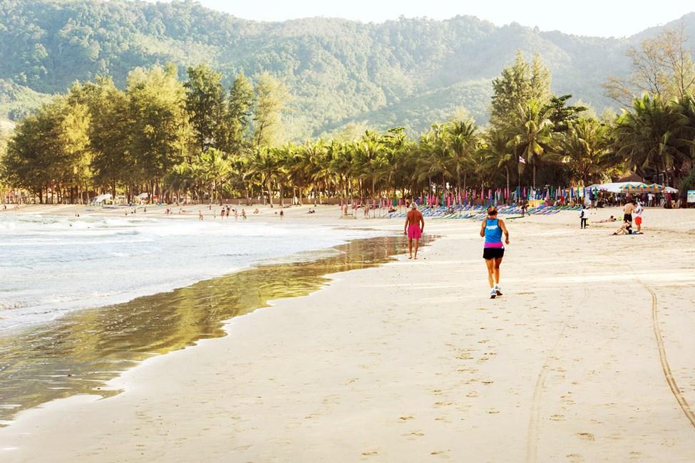 Kamala Beach er ca. 2 km lang og egner sig fint til gå- eller løbeture