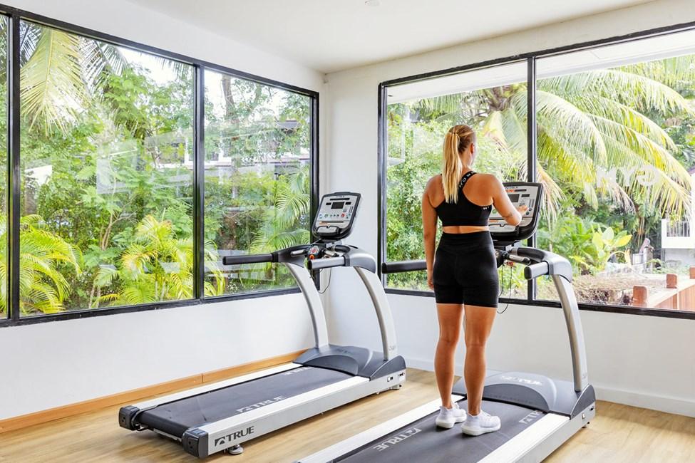 På Sunprime Kamala Beach kan du vælge mellem gratis holdtræning eller træning på egen hånd i vores nybyggede motionsrum