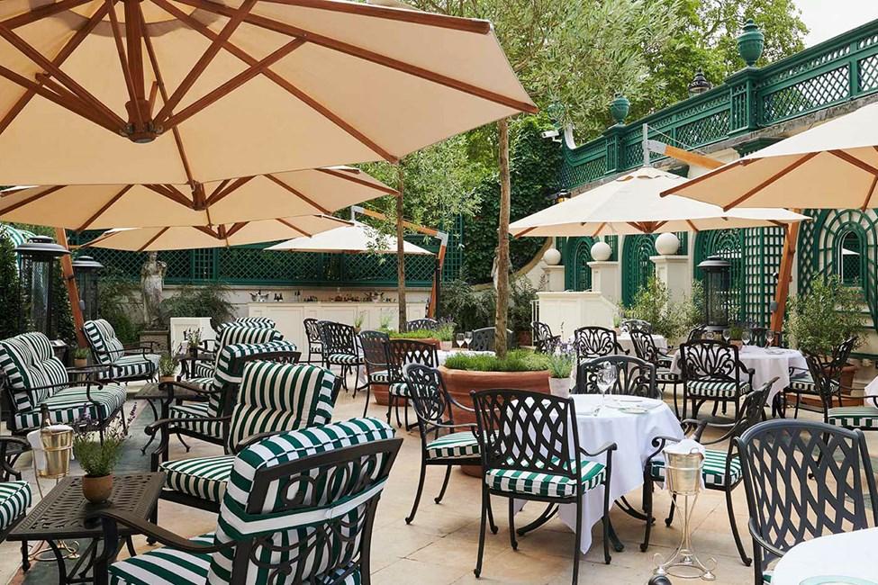 Nyd en forfriskning på hotellets hyggelige terrasse
