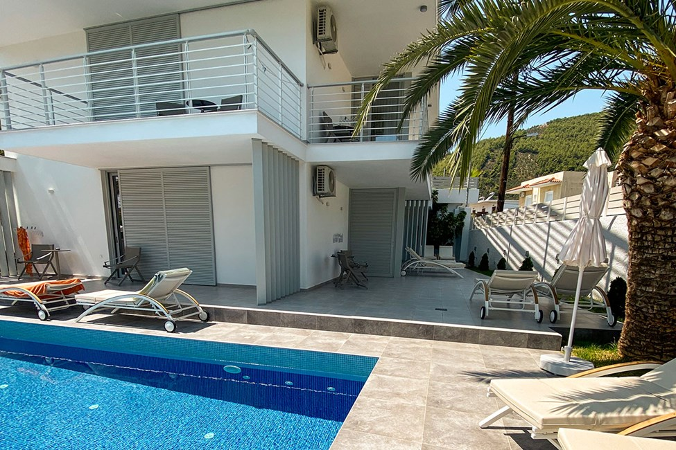 Dobbeltværelse mod poolområdet med balkon (1. etage) / Dobbeltværelse med direkte adgang til fælles pool (stueplan)