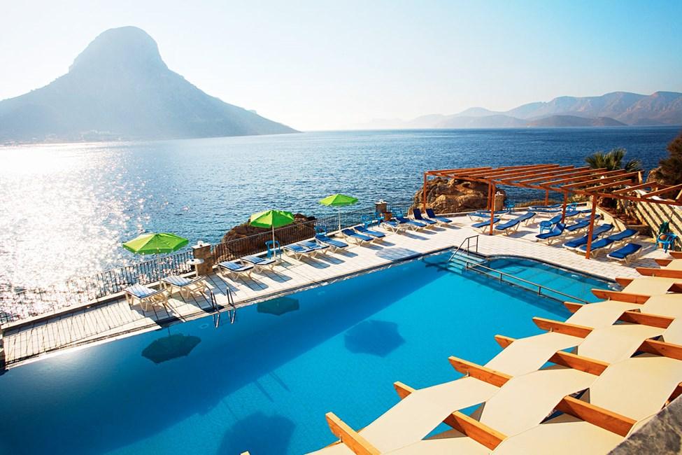 Fin udsigt over øen Telendos fra hotellets poolområde