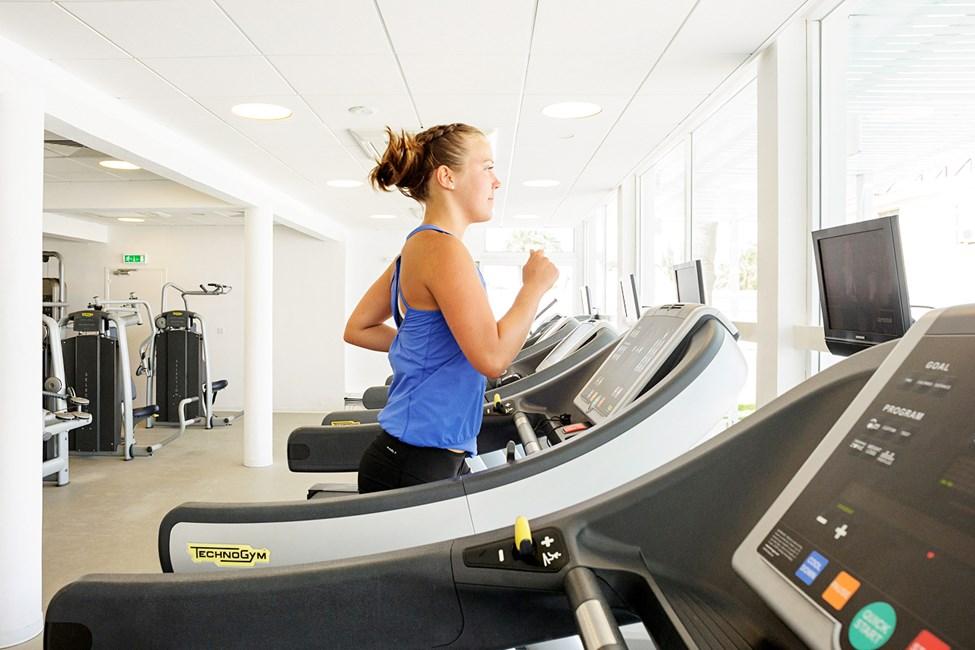 I vores motionsrum kan du træne på både maskiner og med vægte
