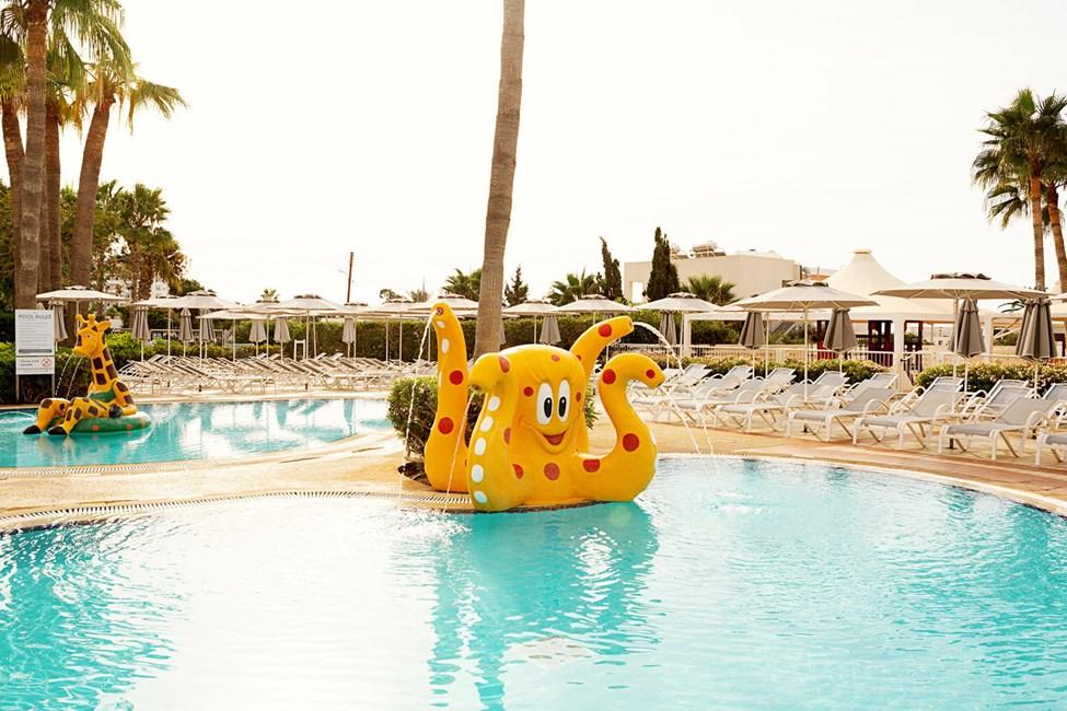 Hotellets store børnepool indbyder til plask og leg