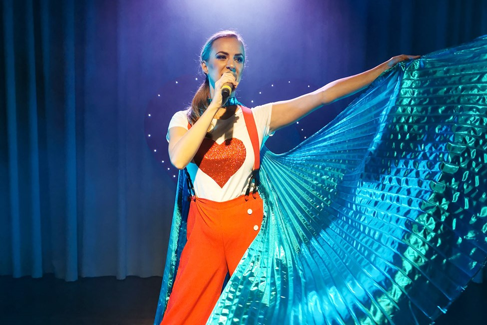 Flere aftener om ugen byder showteamet på Sunwing Sandy Bay Beach på professionelle shows.