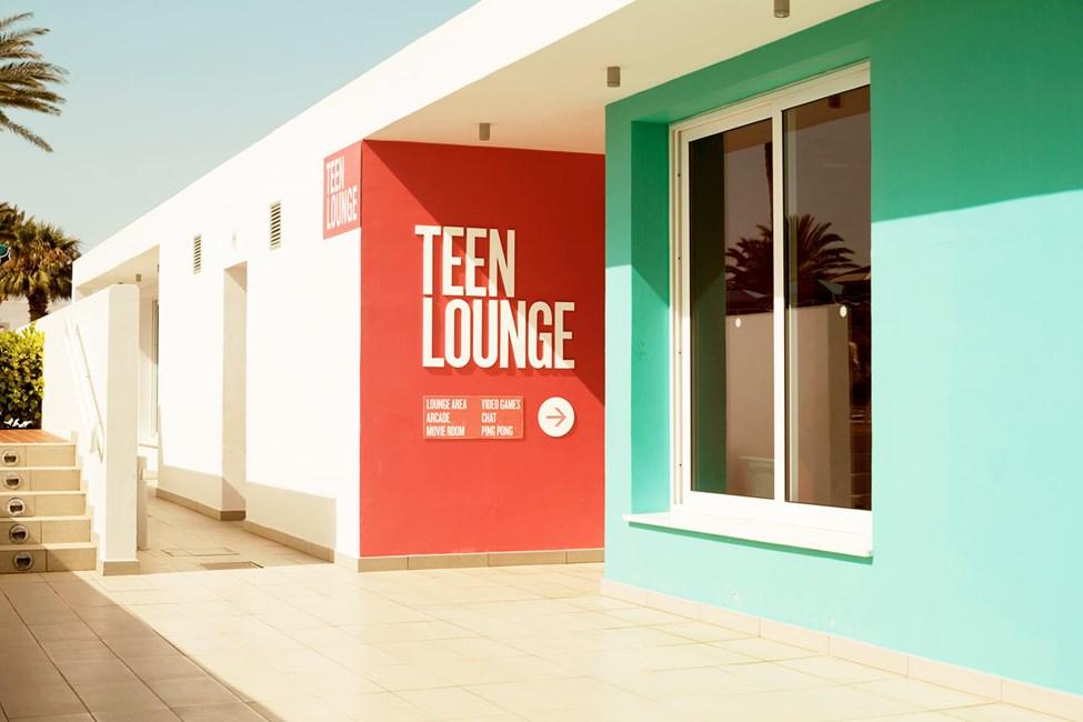 Alle unge er velkomne i Teen Lounge på Sunwing Sandy Bay Beach, hvis de trænger til en pause fra forældre og småbørn.