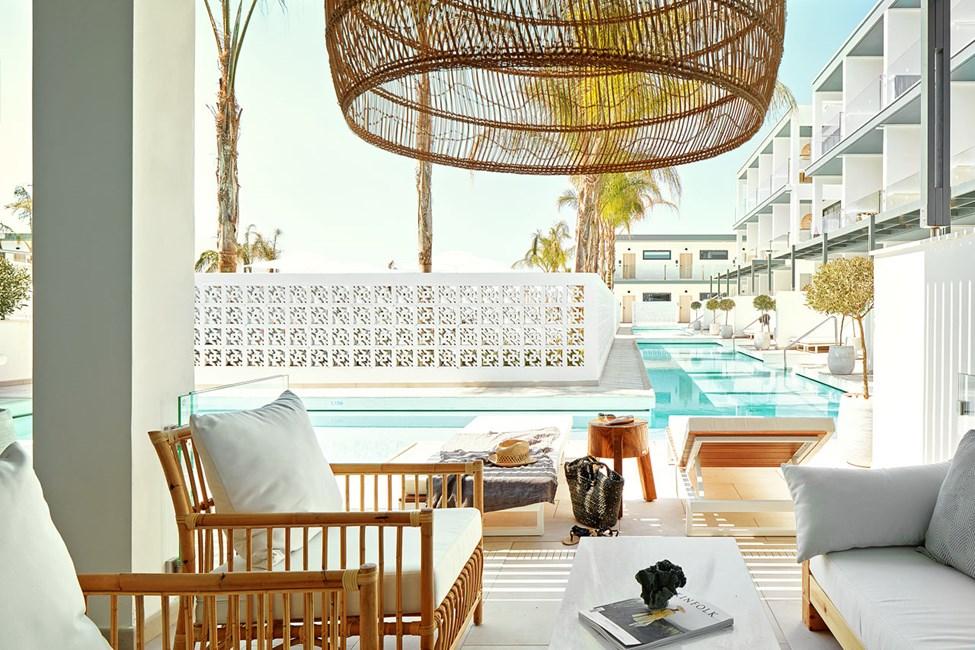 Større 2-værelses Club Suite med terrasse mod poolområdet med direkte adgang til privat, delt pool