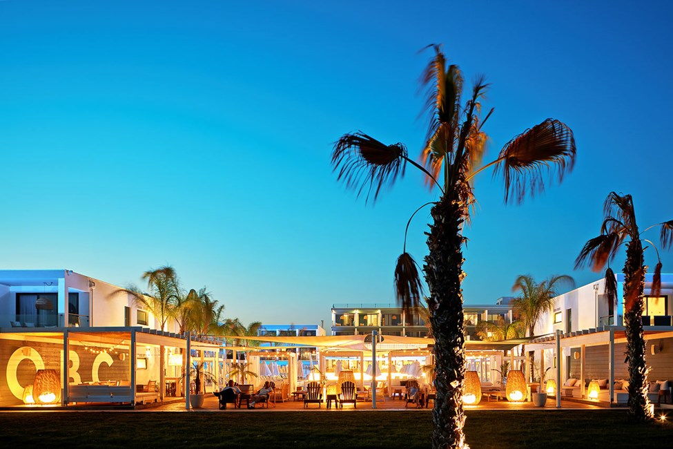 Nyd lyden af bølgernes brusen i hotellets Beach Club