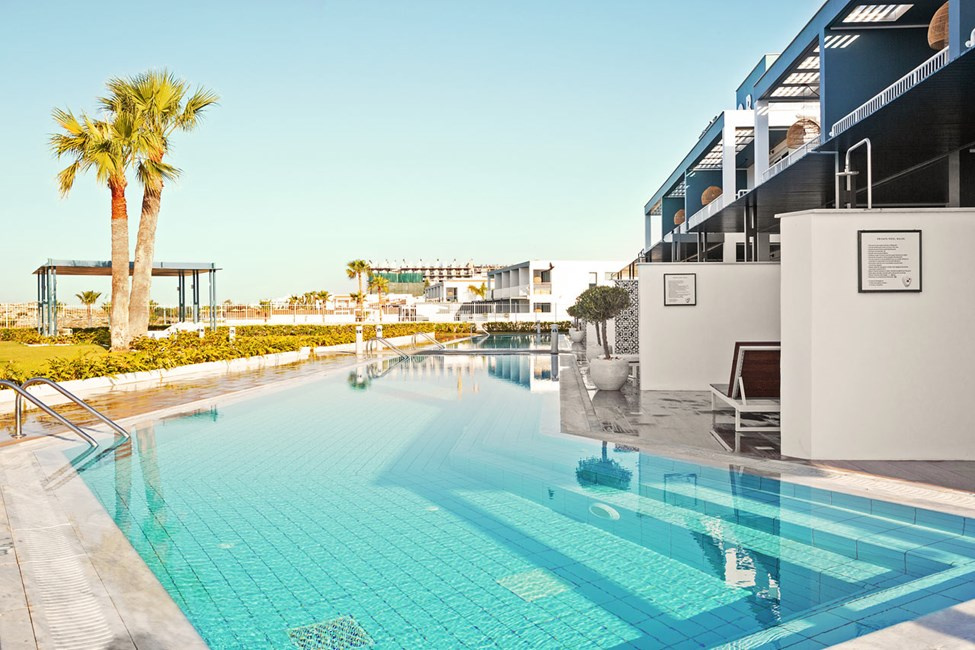 2-værelses Club Pool Suite med stor terrasse mod havet med direkte adgang til privat, delt pool