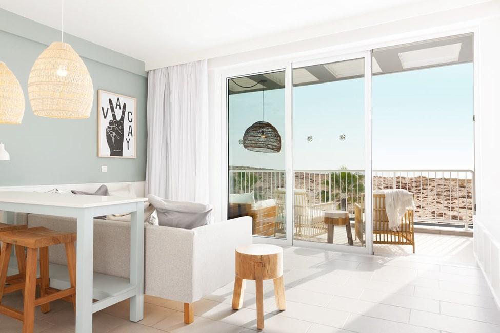 Større 2-værelses Club Suite med stor balkon med havudsigt