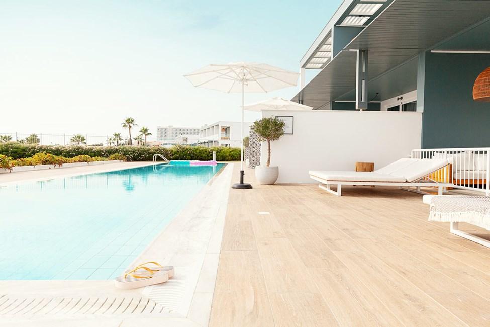 3-værelses Club Pool Suite med stor terrasse mod havet med direkte adgang til privat delt pool