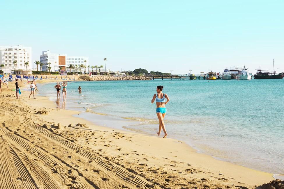 Stranden neden for hotellet