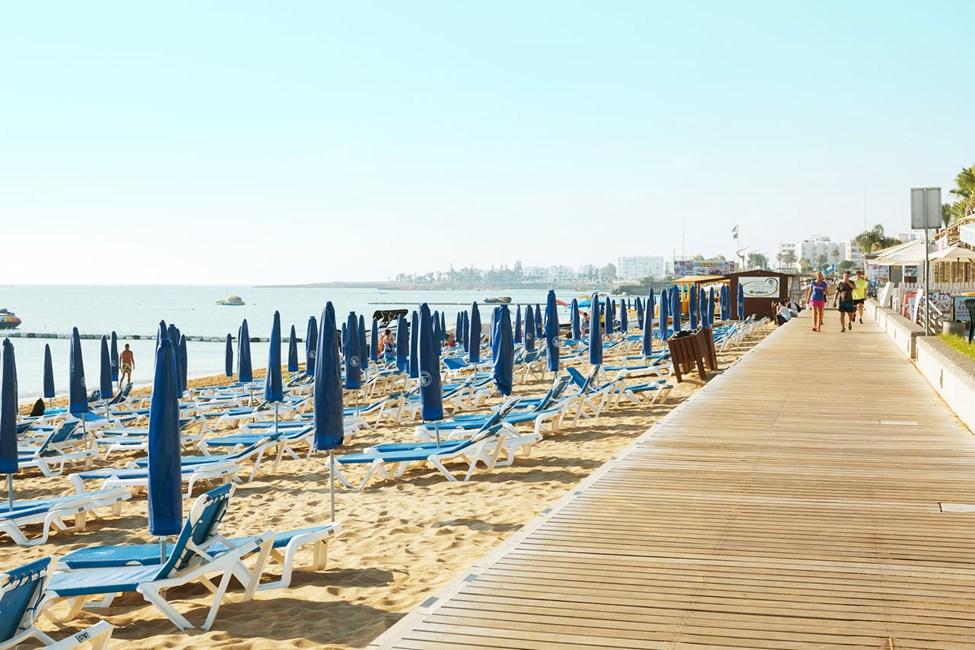Strandpromenaden neden for hotellet er 3 km lang - perfekt til en gå- eller joggingtur