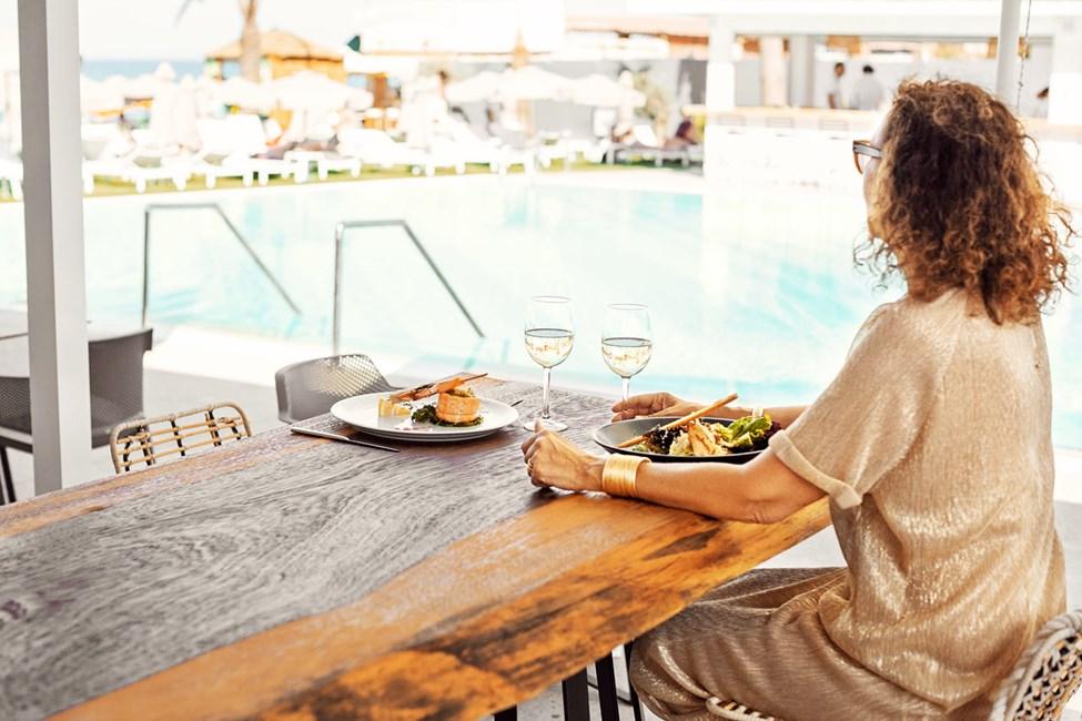 A la carte-restauranten ligger i hotellets Beach Club og har flot udsigt over havet