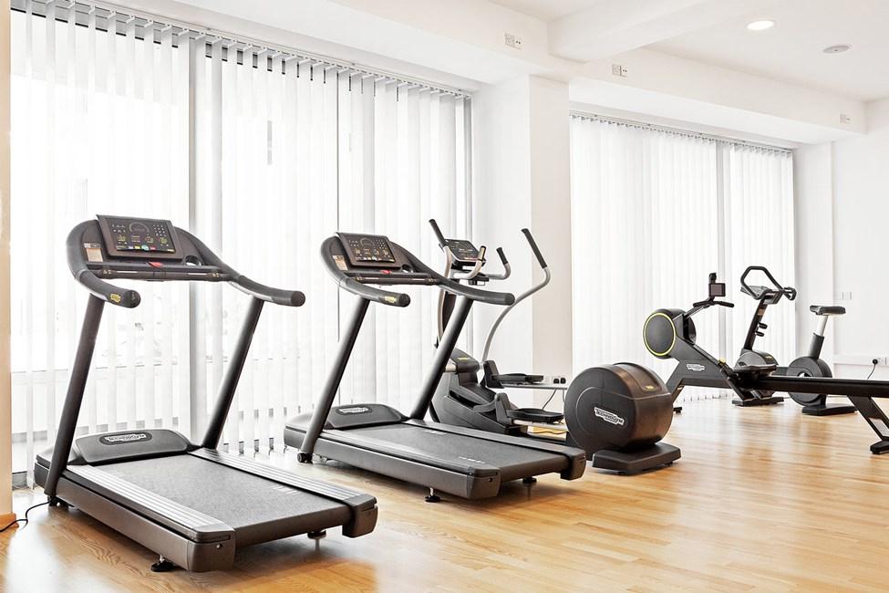I hotellets motionsrum findes træningsmaskiner og frie vægte