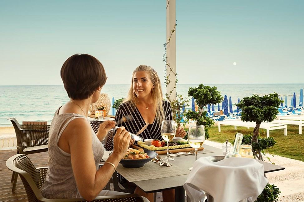 Restauranten ved stranden har flot udsigt over havet