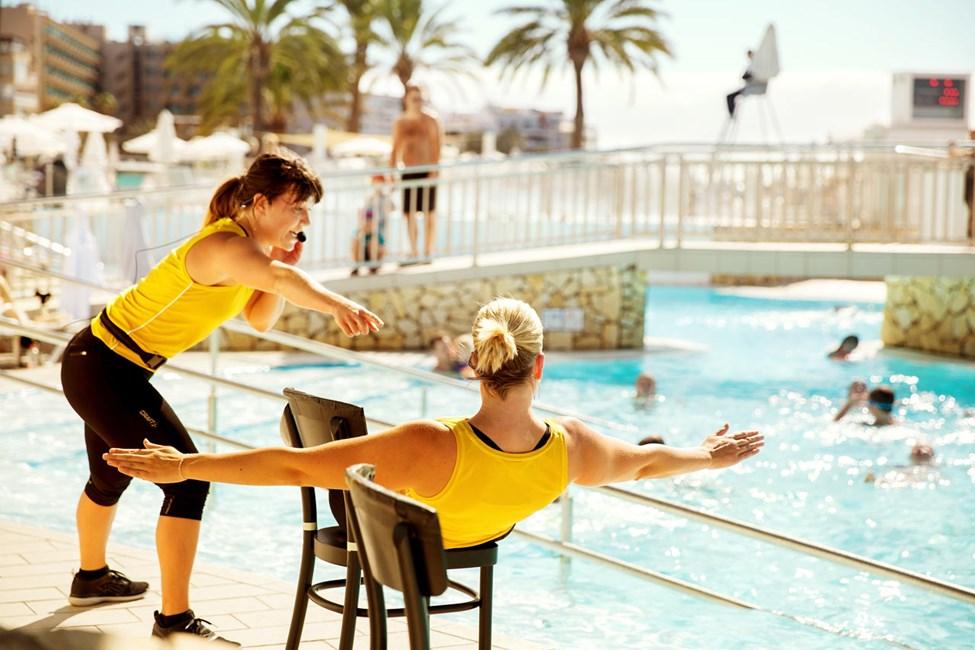Hop i poolen og deltag i vores populære vandgymnastik